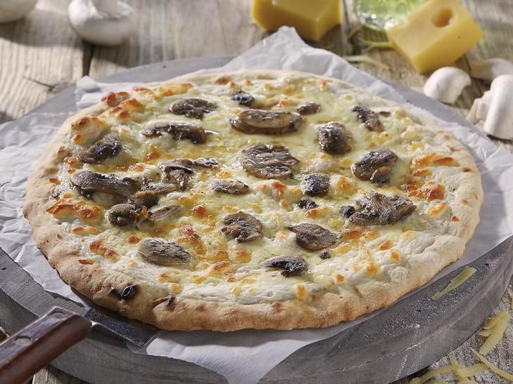Pizza con funghi freschi